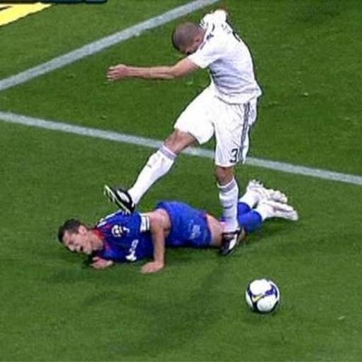 Nói đến Pepe (áo trắng) của Real Madrid thì đó cũng là một biểu tượng của những pha vào bóng 'vô học'. Sau khi kéo ngã Casquero và bị trọng tài thổi penalty, cầu thủ người Bồ này đã nổi cơn 'thịnh nộ' và chạy đến đá tới tấp vào chân và lưng của đối thủ còn nằm trên sân.