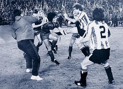 World Cup năm 1986, Maradona là nạn nhân khi bị hậu vệ CHDCND Triều Tiên chăm sóc kỹ lưỡng và trận đấu đó Maradona đã bị các cầu thủ CHDCND Triều Tiên bỏ bóng đá người.