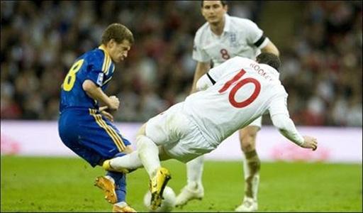 Wayne Rooney là cầu thủ vừa mang bản chất của thiên thần lẫn ác quỷ. Trong trận ĐT Anh gặp ĐT Ukraina, Rooney cũng có một hành động vô cùng xấu đó là đạp thằng vào ống đồng của cầu thủ Ukraina.