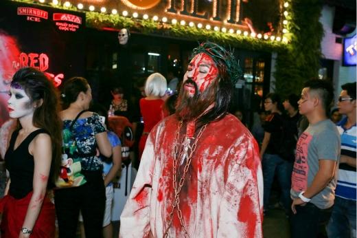 Những hình ảnh rùng rợn như ma, quỷ được các bạn trẻ ưu tiên lựa chọn để hóa trang trong ngày Halloween.