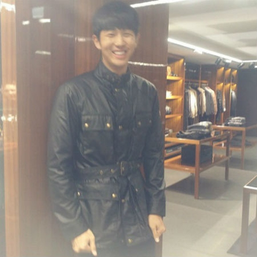 Khi thử những bộ đồ mới, Seulong đã ngại ngùng chụp hình lại để chia sẻ khoảnh khắc này với fan.