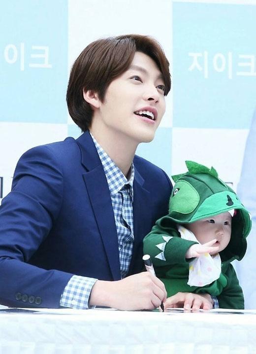 Trong danh sách này, không thể nào không kể đến Kim Woo Bin. Các fan đã từng thấy Kim Woo Bin trong những buổi ký tặng, mỗi khi anh gặp được trẻ con thì vô cùng thích thú. Bên cạnh đó, anh vẫn luôn dành  một sự quan tâm đặc biệt đối với trẻ con.