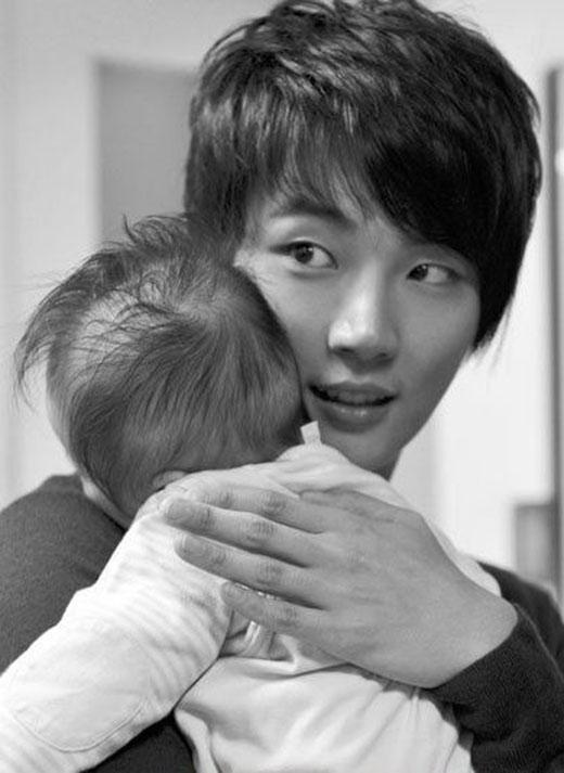 Nếu các fan luôn theo dõi Yoon Shi Yoon trong Barefoot Friends, họ sẽ thấy bị sự dí dỏm, đáng yêu cùng tính cách chân thành của anh thu hút. Chỉ cần nhìn cách Yoon Shi Yoon ôm một em bé có thể thấy được sự ân cần và chu đáo của anh. Và chắc chắn, anh rất có tiềm năng để trở thành một người cha hoàn hảo.