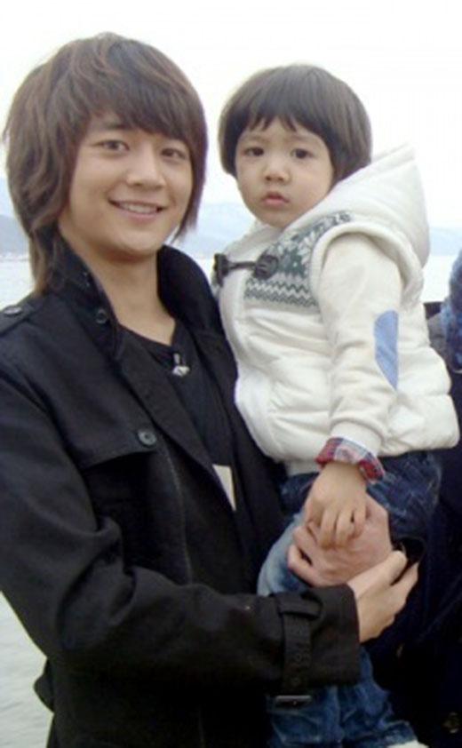 Trong chương trình Hello Baby, Minho đã khiến người hâm mộ bất ngờ khi nhìn thấy anh chơi đùa với 'con trai' của mình cùng những cái ôm, nụ hôn ngọt ngào vào mỗi ngày. Minho chắc chắn sẽ trở thành một ông bố điển trai và hết lòng yêu thương con cái.