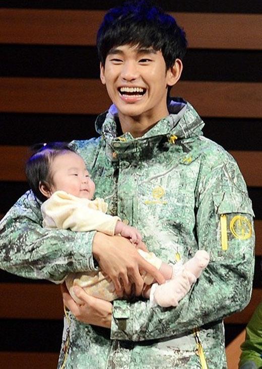 Với hình ảnh này, các fan hoàn toàn bị 'đổ gục' trước sự ngọt ngào và dịu dàng của Kim Soo Hyun khi bế em bé trên tay. Nụ cười của anh như cho thấy được sự tự hào và hạnh phúc của mình và nếu trở thành một người cha hoàn hảo, Kim Soo Hyun hoàn toàn có khả năng làm được điều đó.