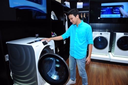 Minh Tâm hứng trải nghiệm chiếc máy giặt thông minh Samsung Crystal Blue