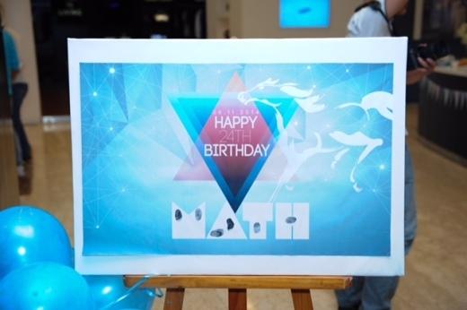 Bảng chào đón lưu lại dấu vân tay của tất cả khách mời chính là điểm nhấn đặc biệt trong ý tưởng về buổi tiệc sinh nhật của Minh Tâm