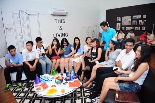 Tiếp đó là những ca khúc Minh Tâm yêu thích được hát tặng bởi những người bạn tham gia buổi tiệc
