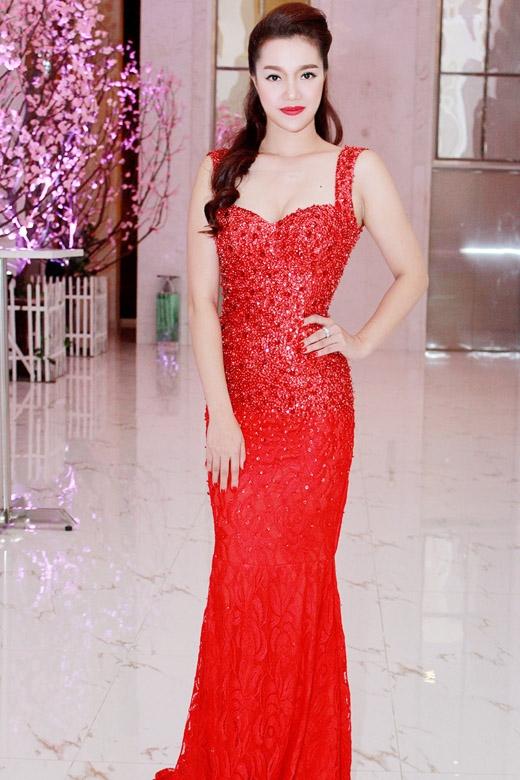 Với làn da trắng Ngọc Anh thật sự nổi bật khi diện đầm màu đỏ rực - Tin sao Viet - Tin tuc sao Viet - Scandal sao Viet - Tin tuc cua Sao - Tin cua Sao