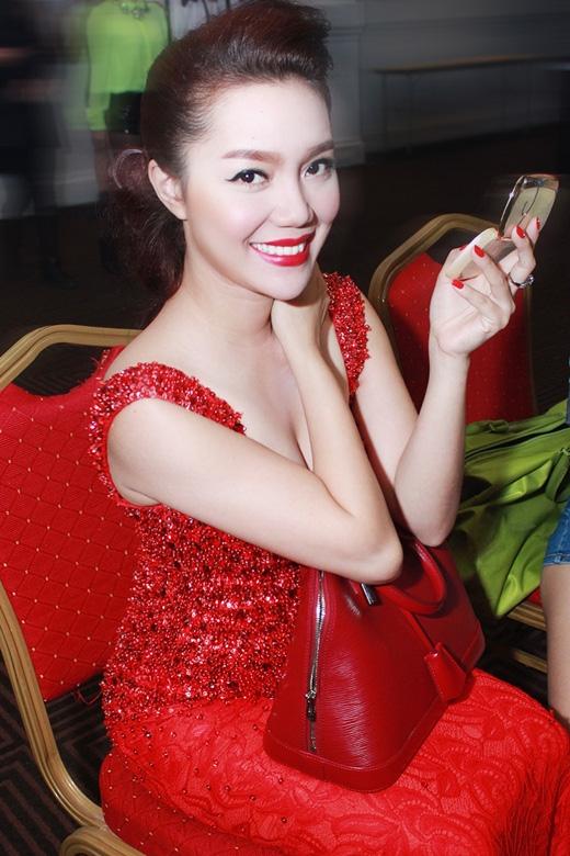 Dù khối lượng công việc nhiều nhưng cô vẫn tươi tắn, trẻ trung và ngày càng xinh đẹp, quyến rũ - Tin sao Viet - Tin tuc sao Viet - Scandal sao Viet - Tin tuc cua Sao - Tin cua Sao