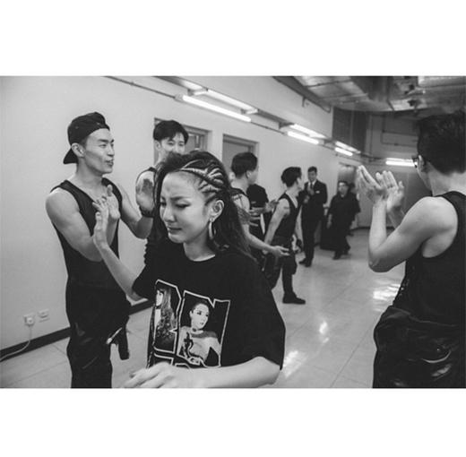 Dara không kiềm được nước mắt khi kết thúc buổi biểu diễn cuối cùng trong chuỗi tour AON, cô viết: 'Sau khi kết thúc, tôi bước xuống, các nhân viên đang làm việc rất chăm chỉ và nói rằng tôi đã làm rất tốt. Bởi vì trong lòng tôi rất rối bời, tôi không biết mình bật khóc lúc nào'.