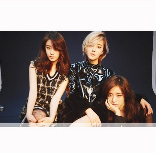 Hyomin khoe hình hậu trường chụp hình tạp chí cùng Jiyeon và Eunjing. Cả ba cô nàng đều mang một nét đẹp lạ khiến các fan không khỏi ngất ngây.
