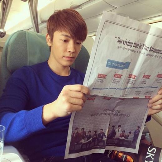 Donghae ngồi trên máy bay và khoe hình đang đọc báo. Anh viết: 'Tôi đang đọc báo này, phía sau tờ báo đó là chúc mừng 9 năm Super Junior. Cám ơn các bạn nhiều nhé. Chúng ta sẽ luôn ở bên nhau đến năm thứ 90 luôn'.