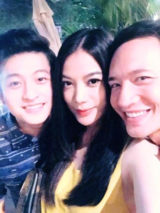 Harry Lu hớn hở selfie cùng đại ca Kim Lý và đại tỷ Trương Ngọc Ánh trước khi lên đường đi giao lưu với người hâm mộ.
