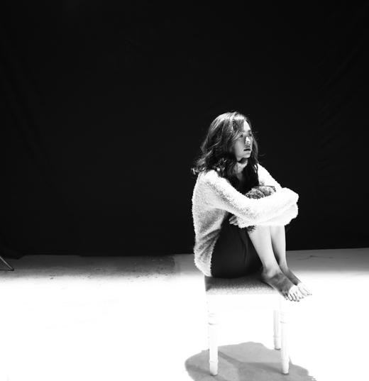 MV chú trọng cảm xúc của Minh Hằng qua nét biểu cảm gương mặt, thể hiện nỗi buồn day dứt của người con gái khi phải chia xa người yêu. - Tin sao Viet - Tin tuc sao Viet - Scandal sao Viet - Tin tuc cua Sao - Tin cua Sao
