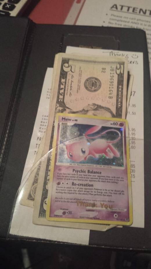 Khách hàng siêu sộp, bo cho nhân viên phục vụ hẳn một lá bài Pokemon