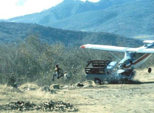 Bức ảnh ghi lại giây phút một chiếc máy bay đâm vào xe tải nhỏ khiến hai người phải nhảy ra xa để thoát thân