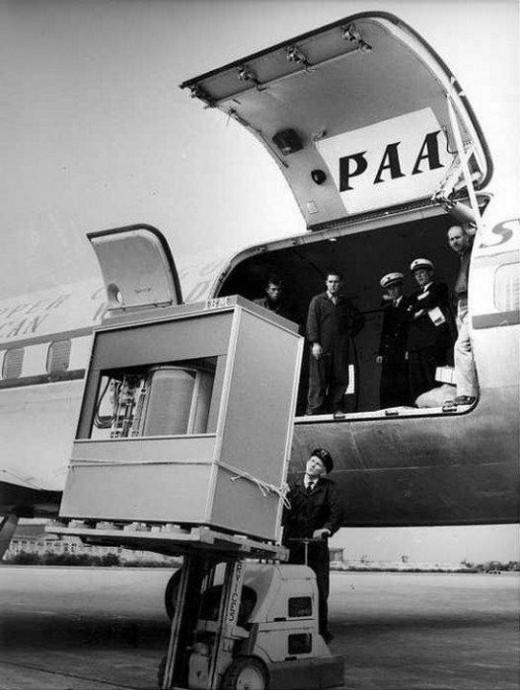 Chuyên chở chiếc ổ đĩa cứng đầu tiên trên thế giới lên máy bay năm 1965