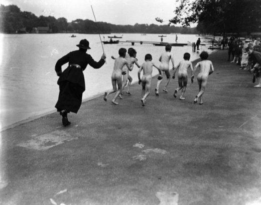 Một nữ cảnh sát chạy rượt bắt đám trẻ 'không mặt gì' ở Anh, năm 1926