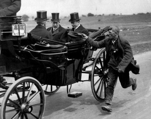 Một người ăn xin chạy theo xin tiền phái đoàn của vua George đệ ngũ, năm 1920