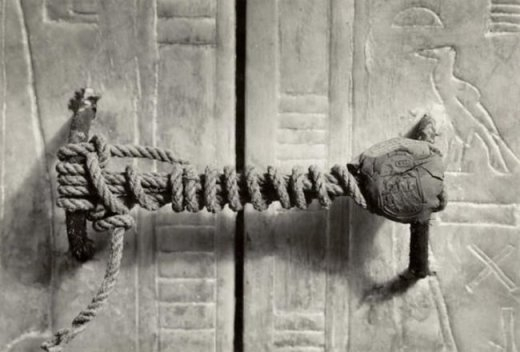 Niêm phong trước cửa lăng mộ pharaong Tutankhamun. Lúc chụp bức ảnh này năm 1922, chiếc niêm phong chưa từng được ai chạm vào trong suốt 3245 năm