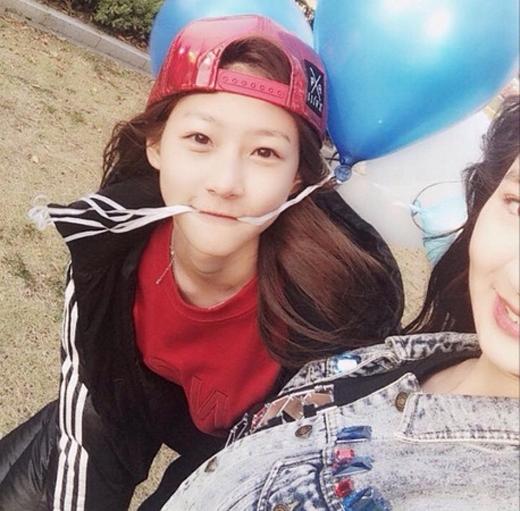 Kim Sae Ron hào hứng khoe hình đi chơi cùng bạn bè. Cô bé đội nón ngược và tinh nghịch ngậm dây bong bóng khiến fan vô cùng thích thú.