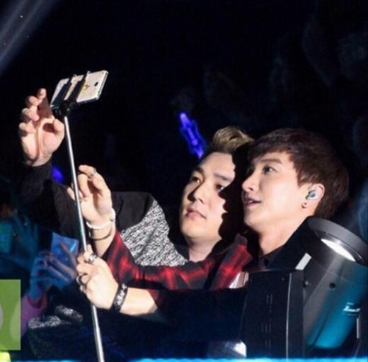 Leeteuk đang cùng Kang In loay hoay với cây chụp hình tự sướng và anh hi vọng sẽ có một tấm hình ra trò