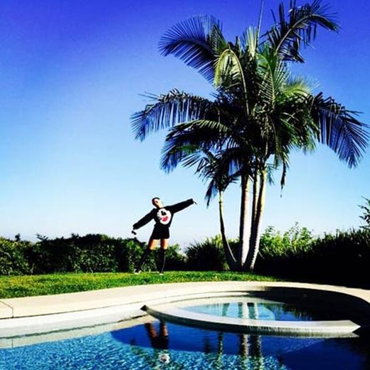 CL thoải mái tận hưởng thời tiết trong lành bên hồ bơi khiến fan vô cùng thích thú.