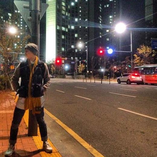 Zelo (B.A.P) cực thích thú với trời mùa thu. Anh đã tranh thủ chụp ảnh lúc đường  vắng người và chia sẻ với các fan.