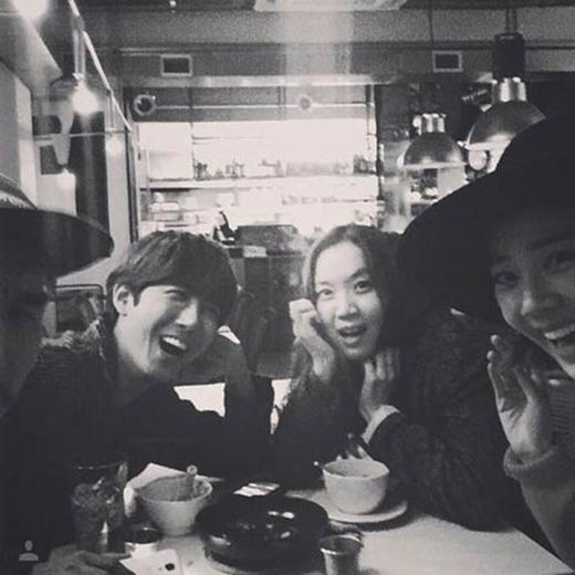 Kwanghee chia sẻ khoảng khắc 'hẹn hò' cực vui vẻ bên bạn bè trong công ty và ghi nội dung: 'Thật hạnh phúc'.
