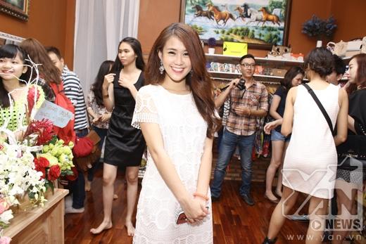 Diện chiếc đầm trắng giản dị, Ngọc Thảo thu hút sự chú ý của mọi người xung quanh bởi sự trẻ trung và hồn nhiên của mình.