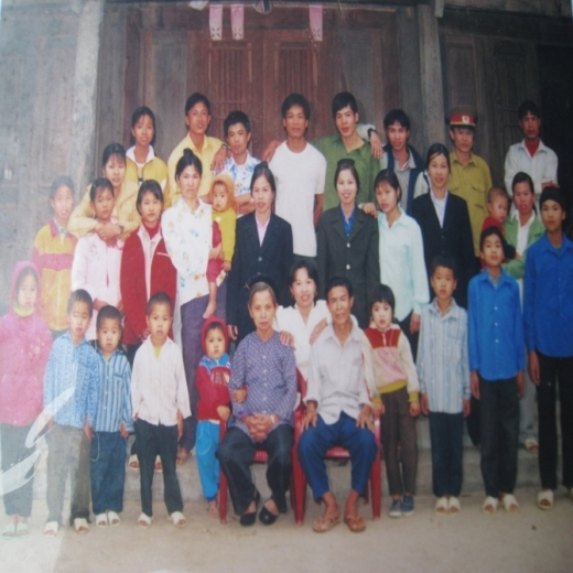 Niềm vui đoàn tụ của Ban Thị H. (ngồi giữa) trong ngày trở về thăm gia đình.