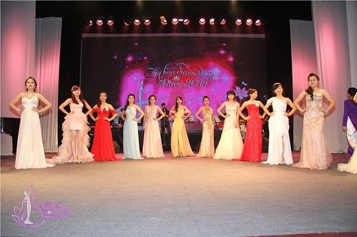 Ở phần thi đầu tiên, 15 thí sinh trong bộ áo dài truyền thống thướt tha dịu dàng tôn vinh lên nét đẹp của người con gái Việt và vẻ đẹp của nữ sinh trường Đại học Dược Hà Nội
