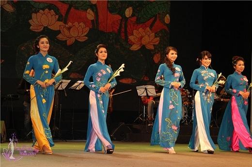 Tiếp đó là phần thi tài năng với các tiết mục múa Sen, đơn ca và nhảy hiện đại của ba thí sinh xuất sắc nhất trong vòng chung khảo