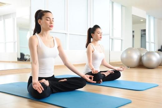 """Hà Hồ thường hướng dẫn yoga miễn phí cho các đồng nghiệp thân thiết hoặc các thành viên trong ê-kíp sản xuất chương trình. Lần này, """"học trò"""" của cô chính là ca sĩ Giang Hồng Ngọc, quán quân X-Factor năm nay. - Tin sao Viet - Tin tuc sao Viet - Scandal sao Viet - Tin tuc cua Sao - Tin cua Sao"""