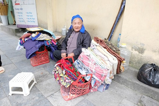 Bà Liên sống qua ngày bằng nghề bán quần áo cũ.