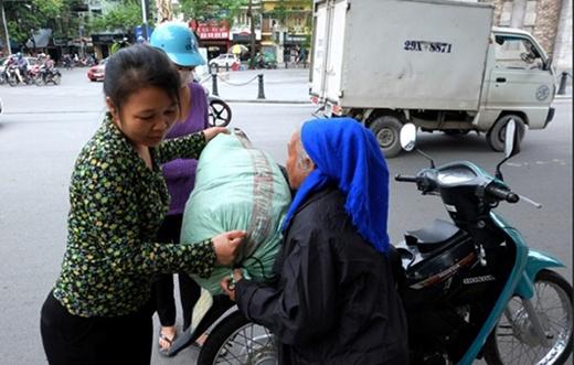 Nhiều người dân thương tình mang quần áo cũ bỏ đi cho bà lão.