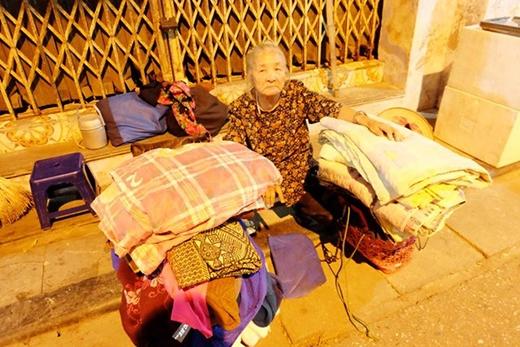 Cứ chiều tối khi chủ quán đóng cửa bà lại lui về phố Hàng Giày để nghỉ ngơi.