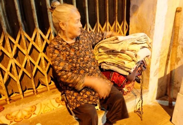 Ngóc cửa này là nơi bao năm qua bà lão không người thân thích dựa lưng ngủ.