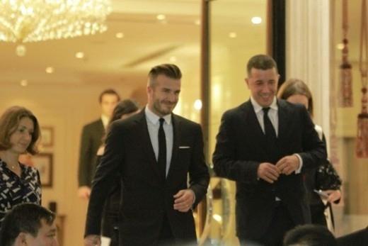 Beckham với bộ vest lịch lãm thường thấy bước ra khỏi khách sạn.