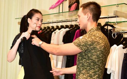 Kim Lý tự tay chọn và ướm thử chiếc đầm đen cho Trương Ngọc Ánh - Tin sao Viet - Tin tuc sao Viet - Scandal sao Viet - Tin tuc cua Sao - Tin cua Sao
