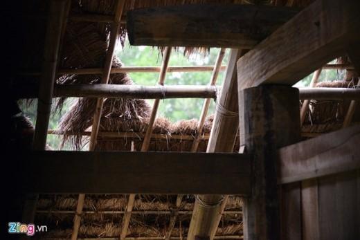 Khu nhà 54 dân tộc anh em hầu hết đều đã hư hỏng. Mái nhà của dân tộc Mường bị gió thổi tung tạo thành những lỗ hổng lớn phía trên. Mỗi khi trời mưa, nước chảy thẳng xuống sàn khiến khu nhà này luôn ẩm thấp.