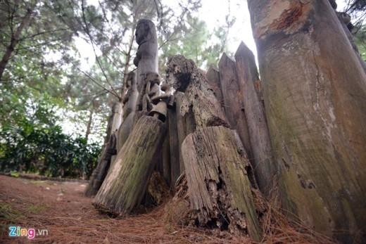 Cách đó không xa là khu nhà mồ cũng của dân tộc Gia Rai - nơi những bức tượng gỗ bị mục nát, gục xuống đất.