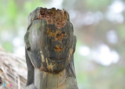 Có những bức tượng bị mục nát hoàn toàn do thiếu sự chăm sóc, bảo quản.