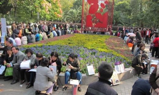 Các ông bố, bà mẹ tập trung tại công viên ở Thượng Hải vào mỗi thứ 7, chủ nhật hàng tuần để trao đổi thông tin, đồng thời tìm chàng rể hay nàng dâu tương lai. Ảnh: Whereisdarrennow.