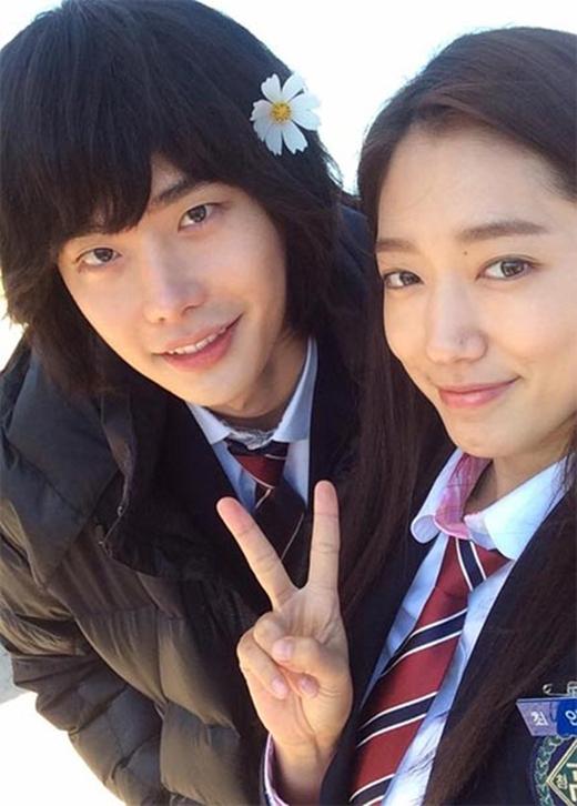 Park Shin Hye khoe hình cùng 'ông chú' Lee Jong Suk và viết: 'Bông hoa đẹp năm trên tóc của chú Dal Po và tạo dáng đáng yêu bên cháu gái dễ thương In Ha....Hãy ủng hộ Pinocchio một lần nữa vào tối nay nhé. Tấm hình này được chú Dal Po cho phép đăng tải rồi'.