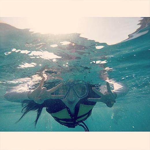 Thoát khỏi cái lạnh của Hàn Quốc, Dara đã bay đến Philippines và trầm mình xuống biển. Cô nàng không khỏi thích thú và khoe trên Instagram: 'Dara đang dưới nước đây'.