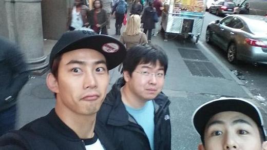 Taecyeon hào hứng khoe hình khi vừa tới Mỹ cùng Nichkhun và người bạn của mình