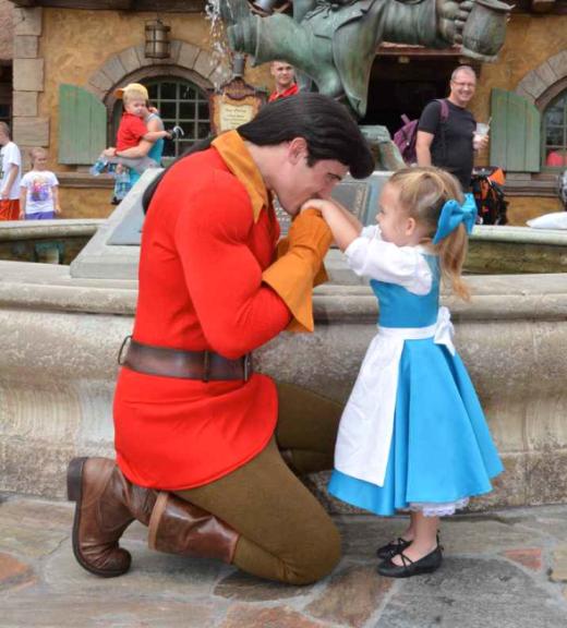 """Thú vị hai mẹ con """"đại náo"""" Disney World"""