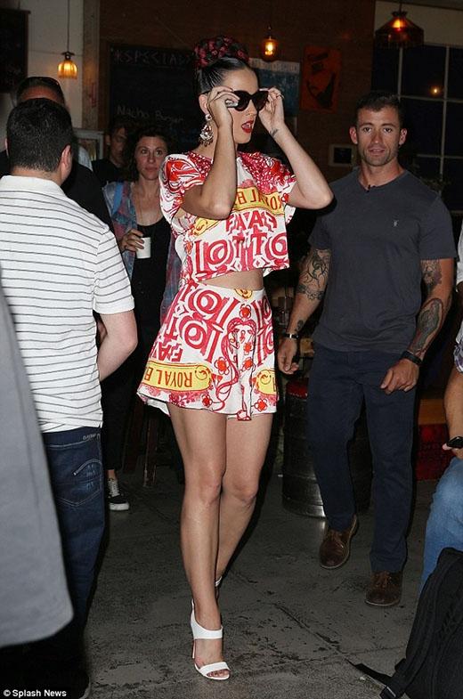 Katy Perry khoe vẻ đẹp rạng ngời trong trang phục trắng đỏ khi cô đặt chân đến Úc để thăm các học sinh nữ ở Melbourne